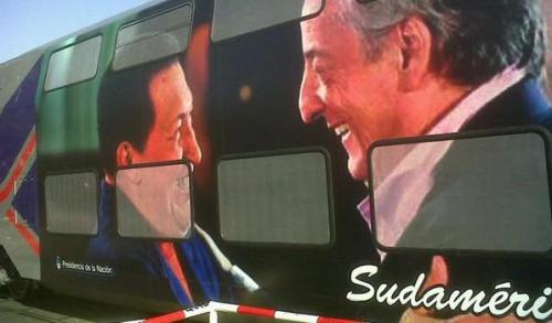 El Sarmiento apareció tuneado con la imagen de Néstor Kirchner y Hugo Chávez