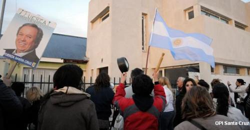 """Santa Cruz: cacerolazo y """"escrache"""" contra diputados de"""