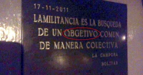 Curioso error ortográfico en placa donada por La Cámpora